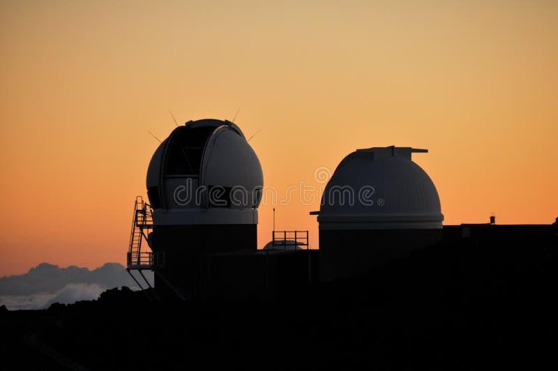 Observatorio en la puesta del sol, Maui-Hawaii (los E.E.U.U.) de Mauna Kea imagenes de archivo