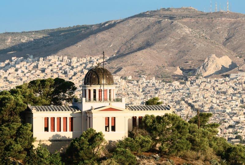 Observatorio en las opiniones de Atenas y de la ciudad imagen de archivo libre de regalías