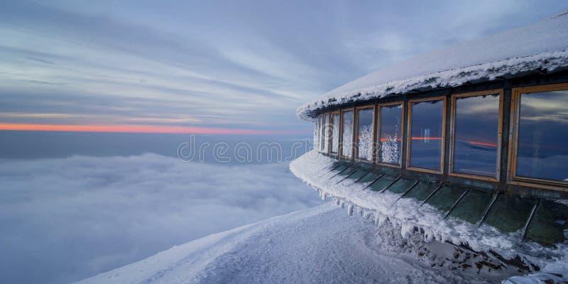 Observatorio meteorológico en el pico de Sniezka foto de archivo libre de regalías
