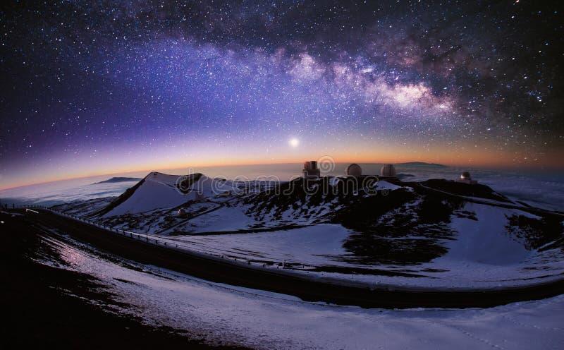 Observatorio y vía láctea fotografía de archivo