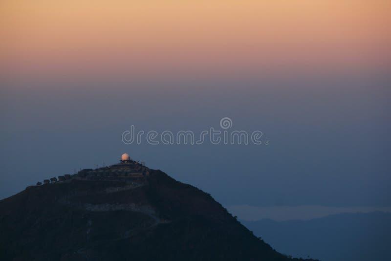 Observatoriumberg mit orange Licht stockfotos