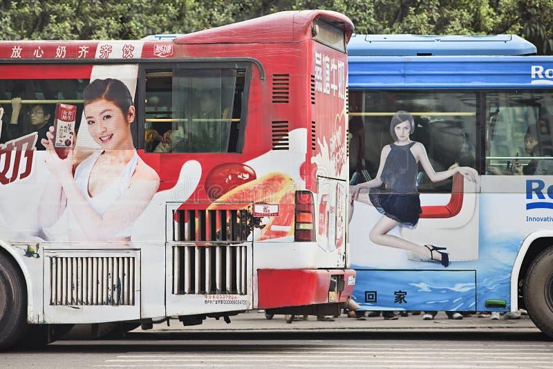 Observe la publicidad de cogida del autobús, Guangzhou, China fotos de archivo libres de regalías