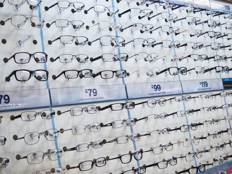Observe los vidrios en los estantes para la venta en los ópticos. imagen de archivo