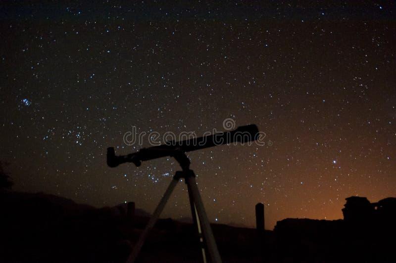 Observer le ciel nocturne image stock