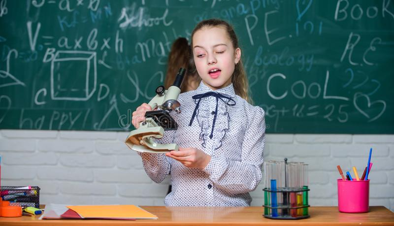 Observera kemiska reaktioner Skola f?r formell utbildning Bildande experiment tillbaka skola till Skolagrupper Flickor studerar arkivbild