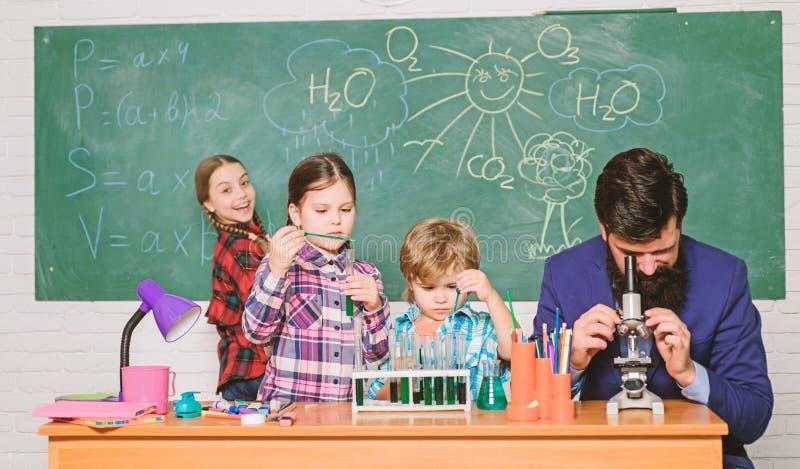 Observera reaktion Vetenskap ?r alltid l?sningen Skolakemiexperiment F?rklaring av kemi till ungar fascinera arkivfoton