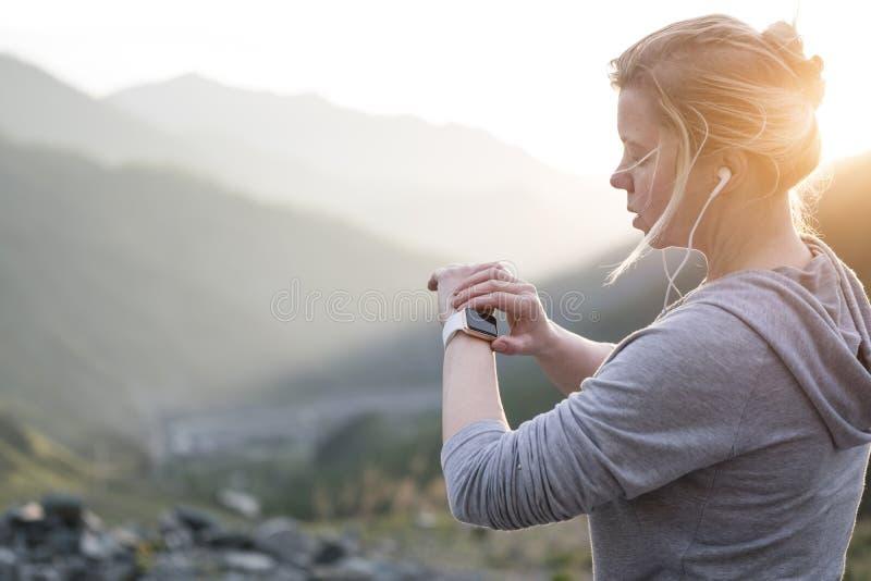 Observez pour des sports avec le smartwatch Formation pulsante pour le marathon image stock