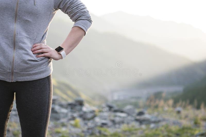 Observez pour des sports avec le smartwatch Formation pulsante pour le marathon photographie stock