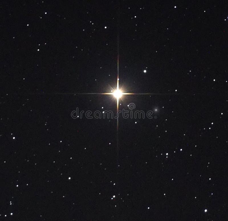 Observig d'étoiles de ciel nocturne au-dessus de chost de Mirach de constellation d'Andromeda de telesocpe photos stock