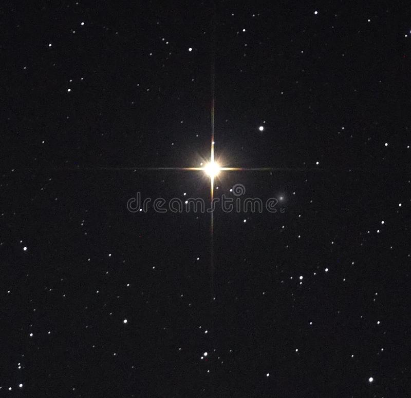 Observig de las estrellas del cielo nocturno sobre el chost de Mirach de la constelación del Andromeda del telesocpe fotos de archivo
