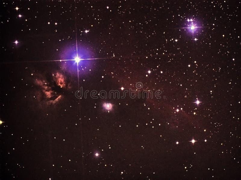 Observig för stjärnor för natthimmel över timmar huvud för telesocpeOrion konstellation och flammanebulas arkivfoton