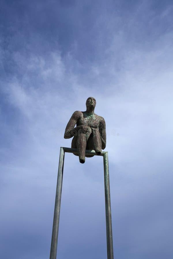 Obserwator - mała brązowa uliczna rzeźba na Santorini wyspie, Grecja zdjęcia stock