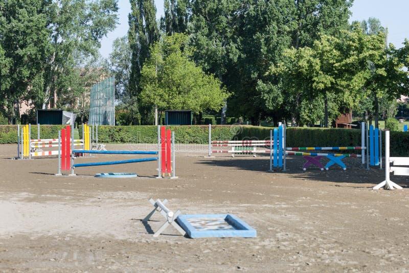 Obstáculo equestre: Esvazie o campo para a competição de salto do cavalo foto de stock