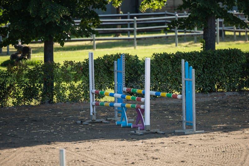 Obstáculo equestre: Esvazie o campo para a competição de salto do cavalo fotografia de stock royalty free
