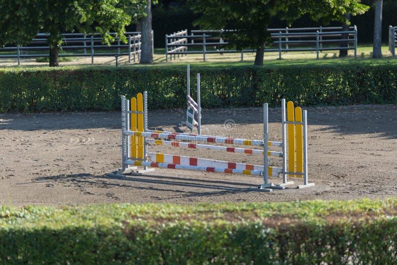 Obstáculo equestre: Esvazie o campo para a competição de salto do cavalo fotos de stock royalty free