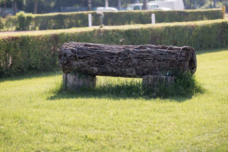 Obstáculo equestre: Tronco em uma posição horizontal para a competição de salto do cavalo fotos de stock