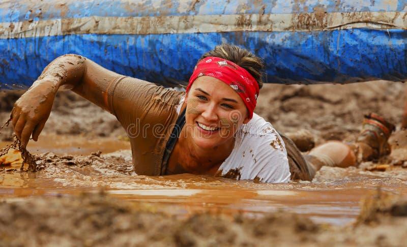 Obstáculo molhado da mulher da corrida da lama fotos de stock royalty free