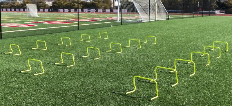 obstáculos amarelos de 12 polegadas mini no campo do relvado fotos de stock royalty free