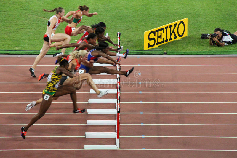 Obstáculos dos medidores das mulheres 100 finais em campeonatos mundiais de IAAF no Pequim, China fotografia de stock