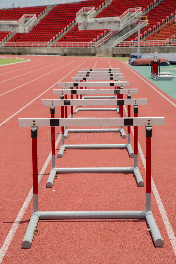 Obstáculos na pista de atletismo vermelha no estádio imagens de stock