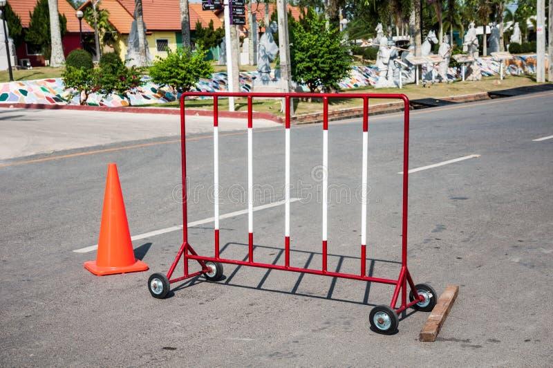 Obstáculos vermelhos e brancos do sinal de estrada do bloqueio na estrada com laranja fotos de stock