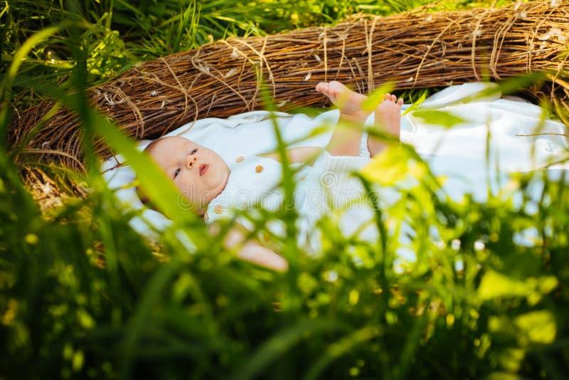 Obstétrique et gynécologie Bébé ou garçon nouveau-né éveillé dans la huche Soin d'obstétrique Gynécologie et soins de santé image libre de droits