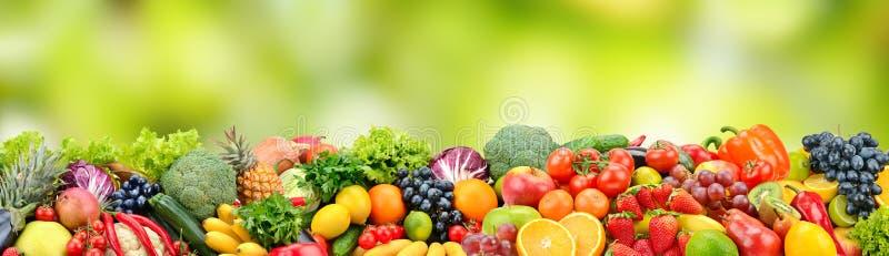 Obst und Gemüse auf grünem unscharfem Hintergrund stockfotos