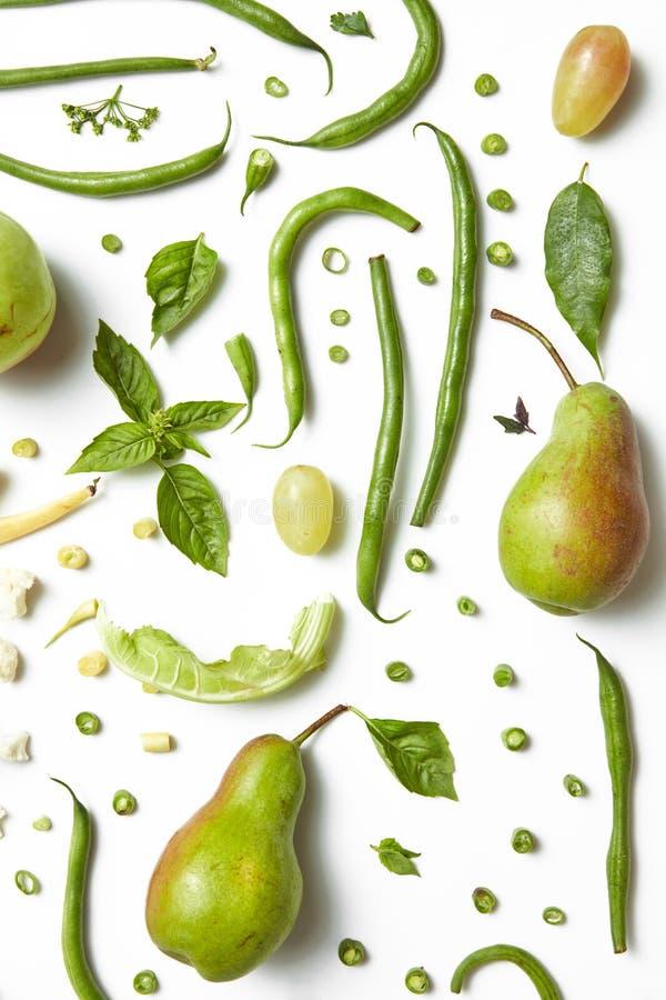 Obst und Gemüse der grünen Farbe auf dem weißen Hintergrund lizenzfreie stockfotos
