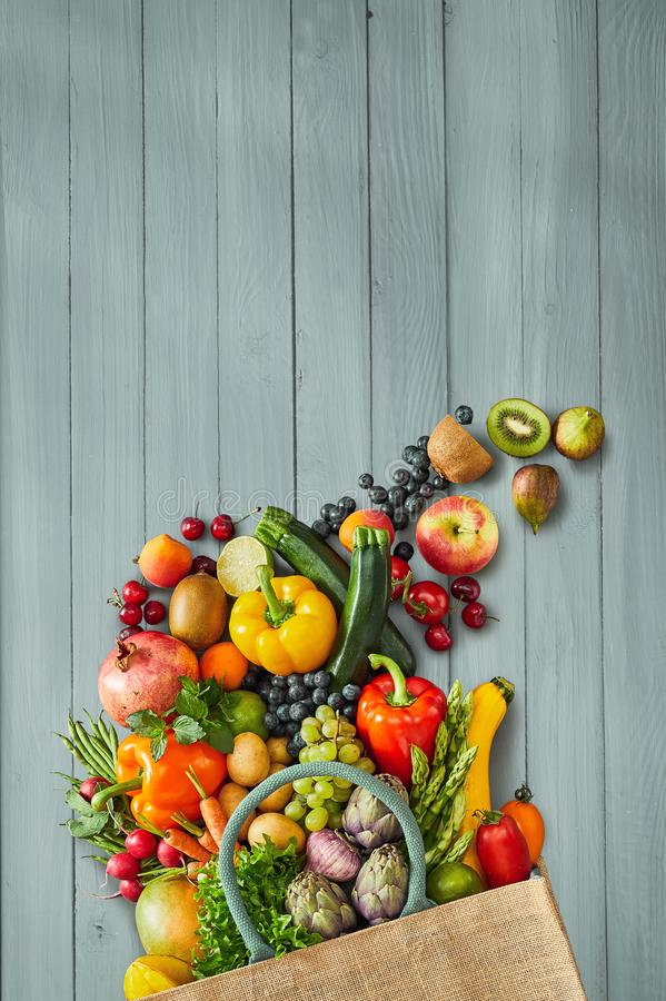 Obst und Gemüse, die auf Holz sitzen stockfotos