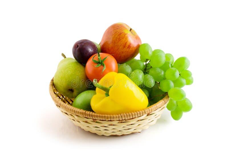 Obst und Gemüse getrennt worden auf dem Weiß stockbild
