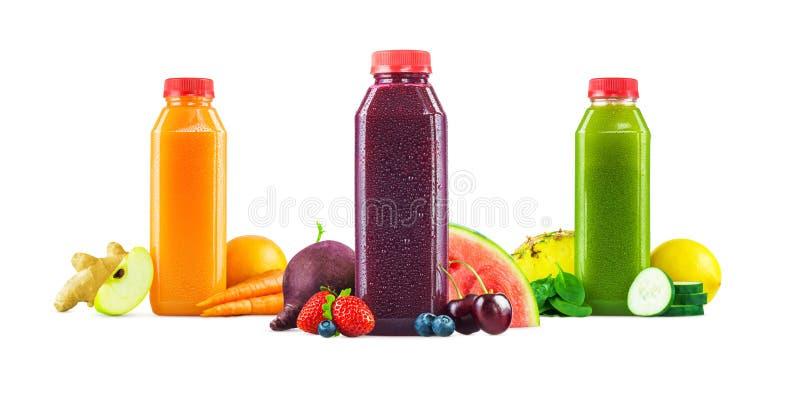 Obst und Gemüse Juice Bottles auf weißem Hintergrund stockbilder