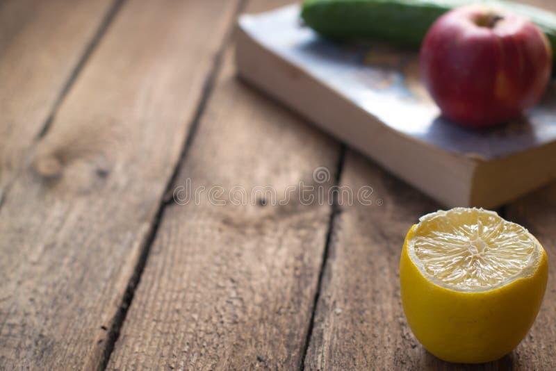 Obst und Gemüse nahe dem alten Buch lizenzfreies stockfoto