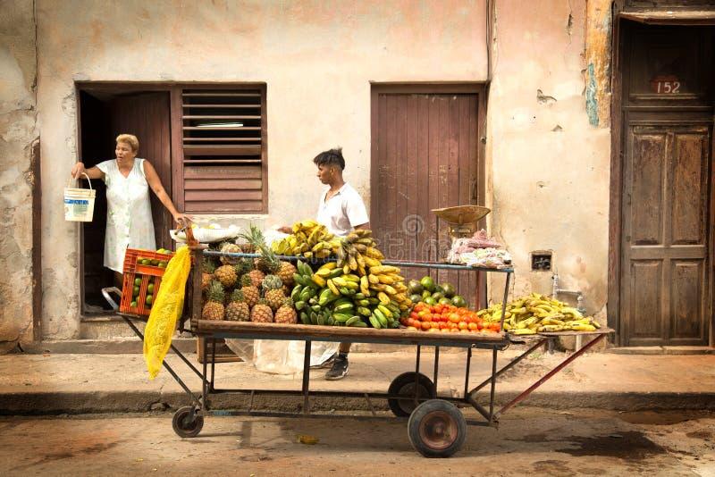 Obst und Gemüse saleman in der Straße von Kuba lizenzfreie stockfotografie