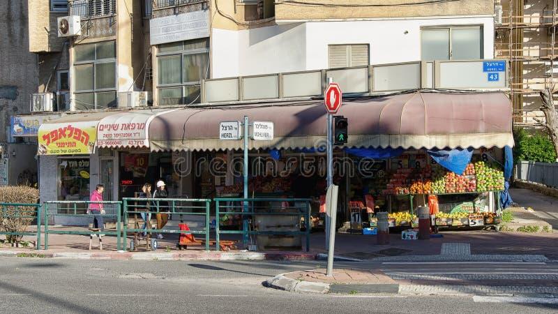 Obst-und Gemüsehändler-Shop mit verblaßter roter Sonnenschutzüberdachung stockbild