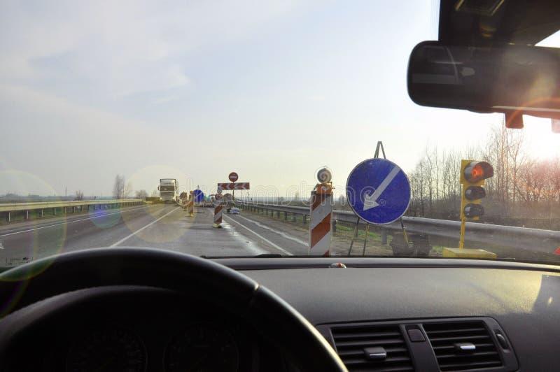 Obstacle sur une route de campagne la vue de la voiture sur les signes dévient photos stock