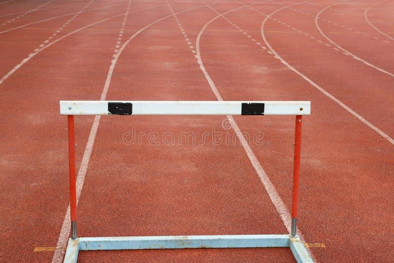 Obstacles sur les voies courantes rouges photographie stock