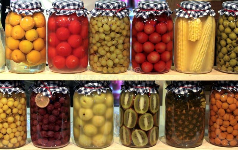 Obstkonserven und Gemüse stockfoto
