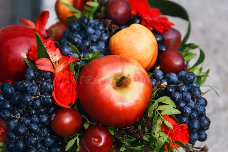 Obstkorb mit Äpfeln, Trauben und Kirschen lizenzfreies stockfoto