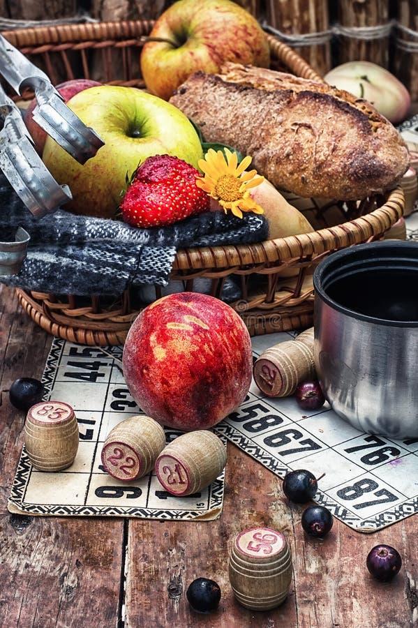 Obstkorb- und Spiellotto stockfoto