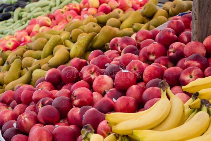 Obstmarktnahaufnahme - Nahaufnahme vieler Früchte stockfotografie