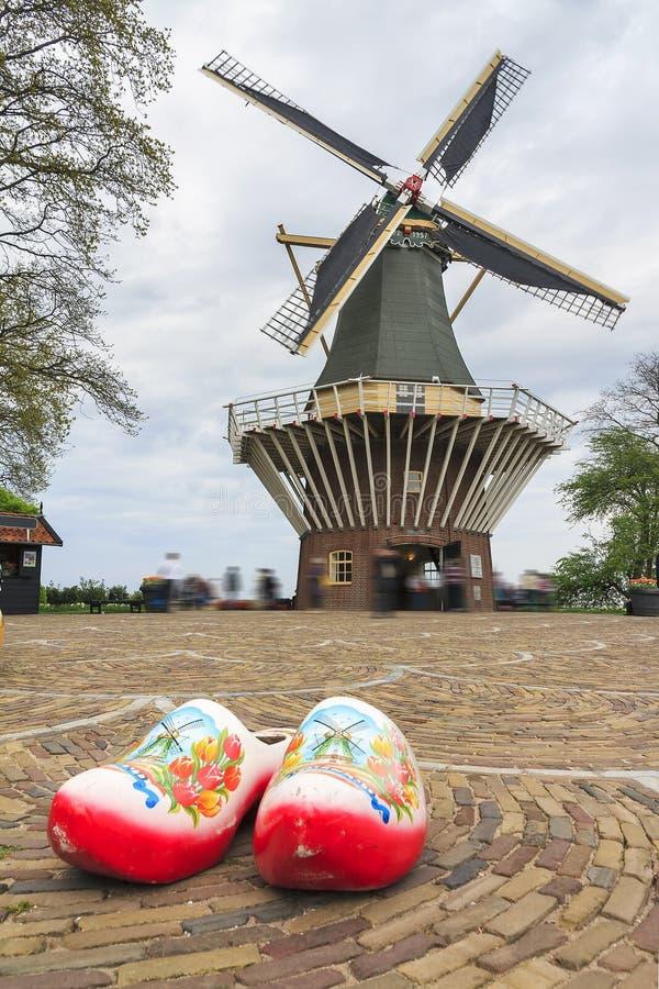 Obstruções do Dutch e um moinho de vento fotos de stock royalty free
