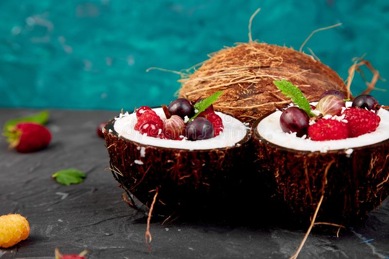 Obstsalat agrus, Stachelbeere, rasbberry in der Kokosschaleschüssel stockbild