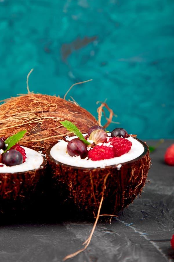 Obstsalat agrus, Stachelbeere, rasbberry in der Kokosschaleschüssel stockfotos