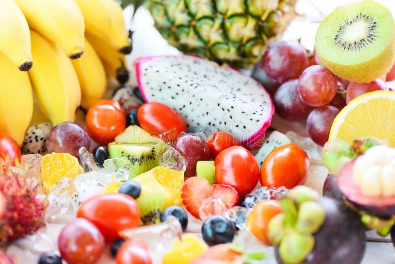 Obstsalat auf neuem Sommer des Eises trägt tropische Traube der gesunden Kiwiblaubeerdrache-Frucht des biologischen Lebensmittels lizenzfreies stockfoto