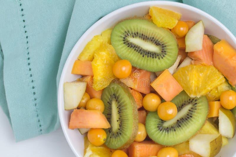 Obstsalat - Draufsichtfoto von verschiedenen Früchten, Kiwi, Ananas, lizenzfreies stockbild