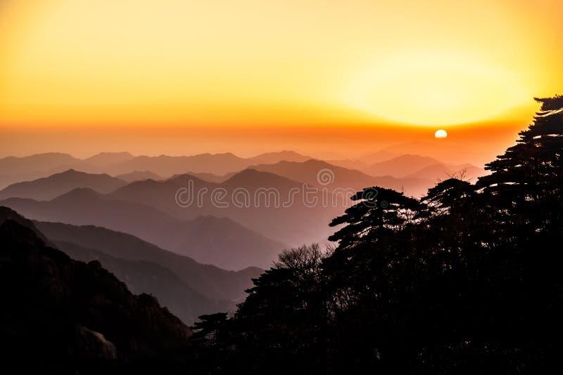 """Obszar Åšwiatowego Dziedzictwa UNESCO Naturalna, piÄ™kna krajobraz sylwetka zachodu sÅ'oÅ""""ca Huangshan góra Yellow Góra w Anhui zdjęcia royalty free"""