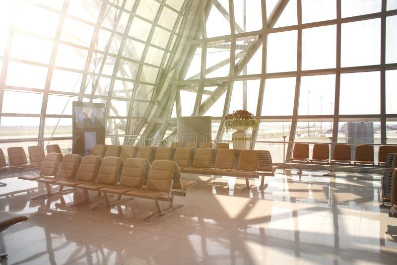 Obszar oczekiwania na siedzenie Widok budynku międzynarodowego portu lotniczego Planes and runway poza oknem fotografia stock