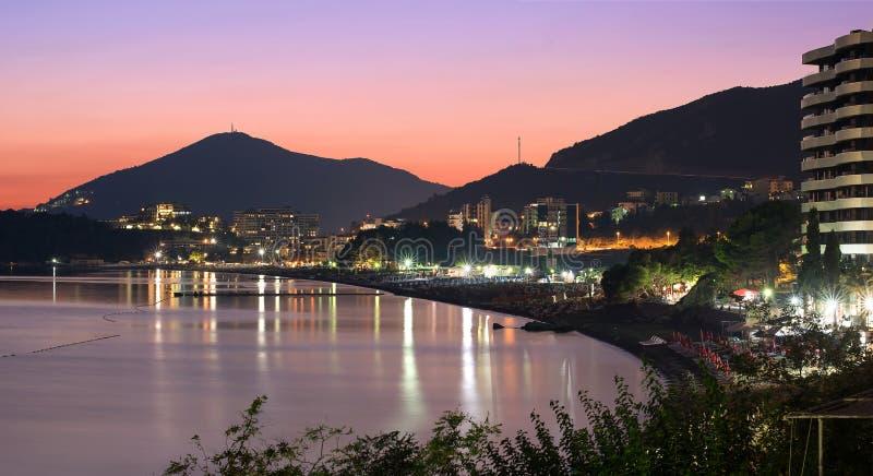 Obszar rekreacyjny z plażami, jasnymi światłami i światłami w cieśninie morskiej nocnego wybrzeża na tle gór zachodnich zdjęcie royalty free