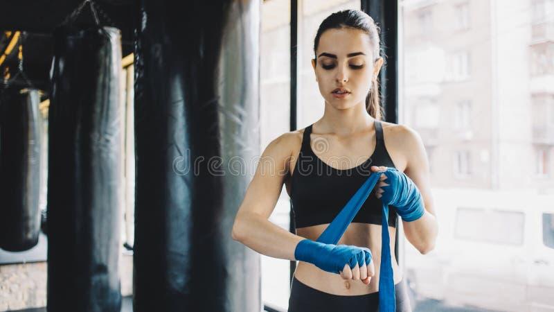 A obtenção fêmea bonita e apta do lutador preparou-se para a luta ou a formação fotos de stock