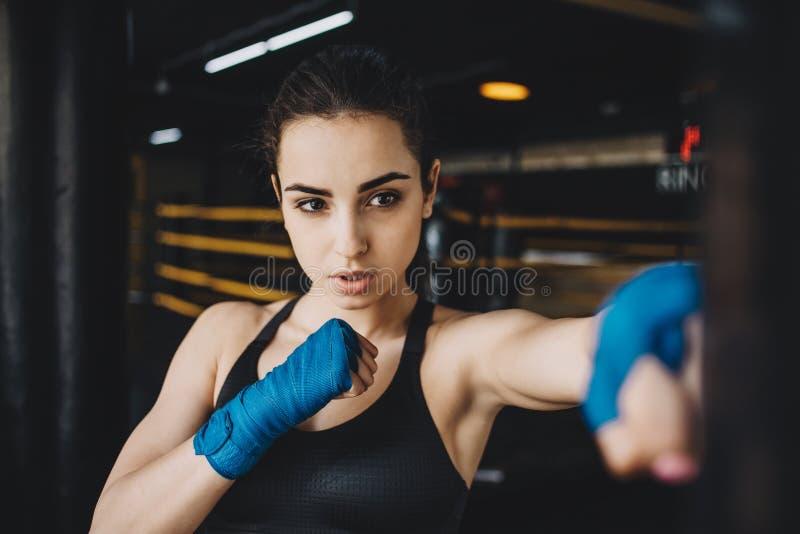 A obtenção fêmea bonita e apta do lutador preparou-se para a luta ou a formação imagens de stock